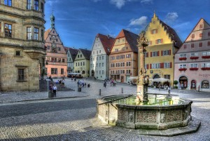 Rothenburg ob der Tauber: market square with fountain, evening
