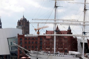 Gorch Fock I, 'Sleeping beauty' warehouse and St. James's Church