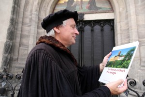 Wittenberg, history comes to life during a guided tour with 'Luther', here at the 'door of the 95 theses'