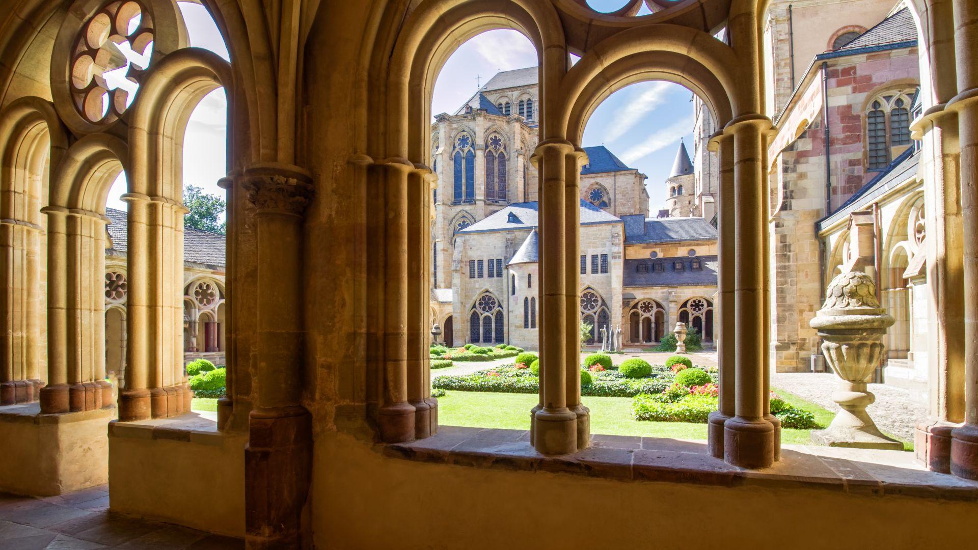 Trier: Hohe Domkirche St. Peter, Innenhof, UNESCO Weltkulturerbe