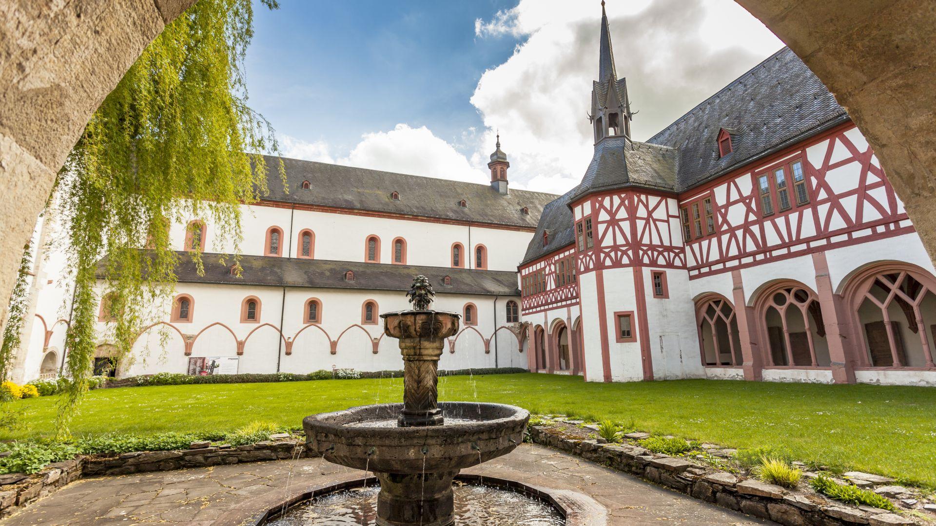 Eltville: Kloster Eberbach Brunnen im Innenhof