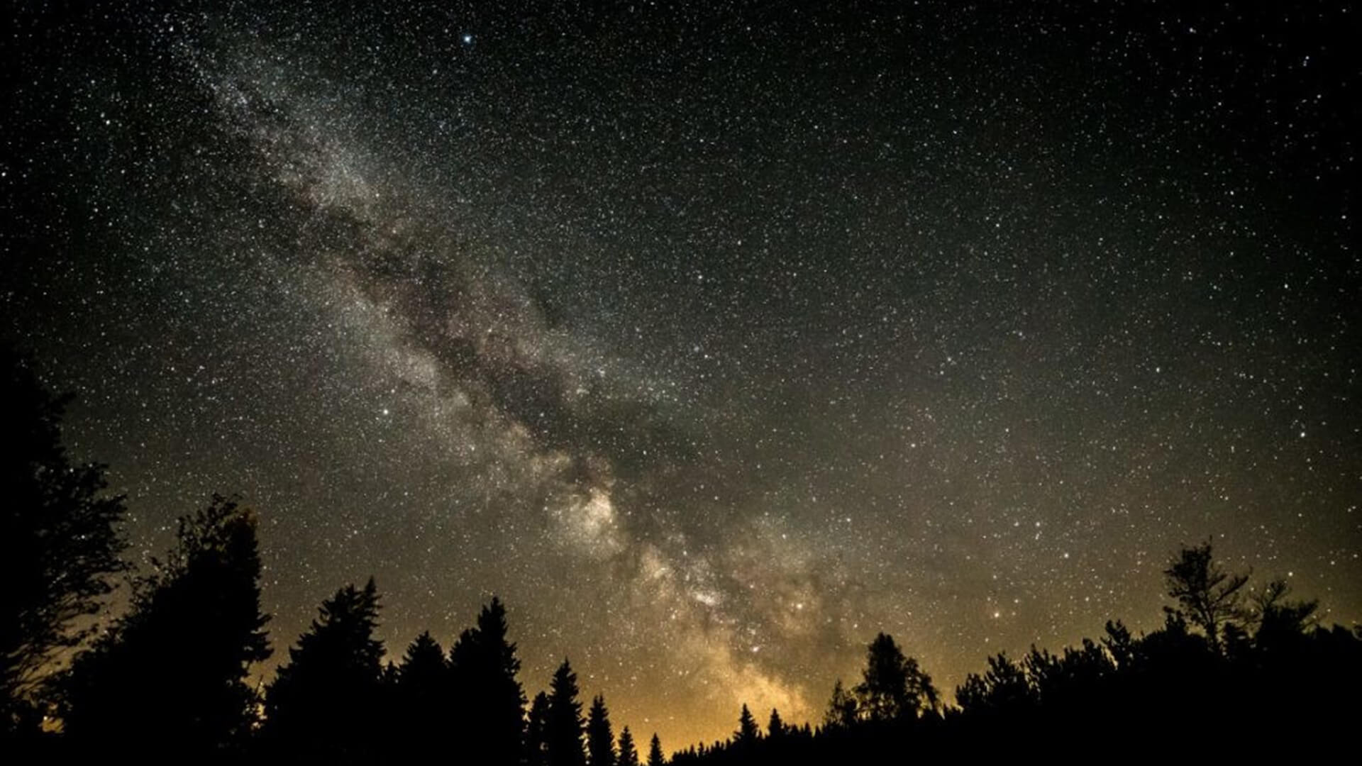 Braunlage: Starry sky with the Milky Way over the Sankt Andreasberg observatory