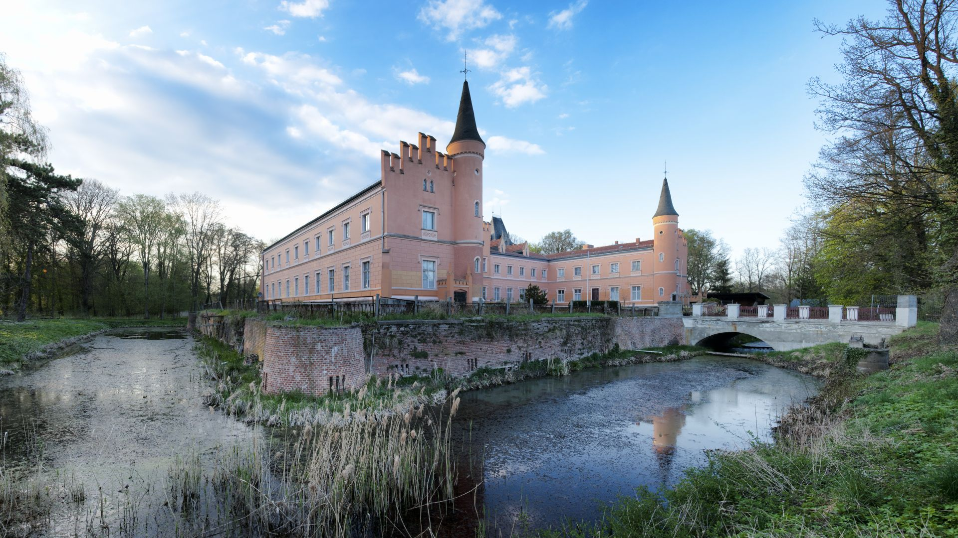 Gusow-Platkow: Gusow Castle surrounded by a moat